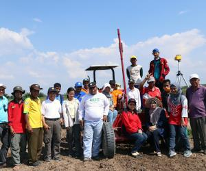 In Indonesia: Laser leveling of farmland steps up agricultural production