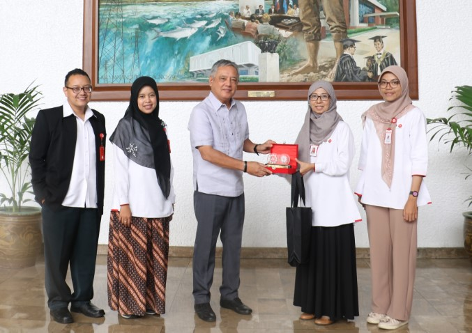 Dr. Gil C. Saguiguit, Jr. (center), SEARCA Director, receives a token of appreciation from the SEAMEO RECFON delegation presented by Ms. Kusyanti Febriani Hapsari, Manager of Finance of Accounting (second from right). Also in the photo are the rest of the RECFON contingent, namely: Dr. Dwi Nastiti Iswarawanti, Manager of Training (second from left); Mr. Mochammad Perbowo, Manager of Human Resources and General Affairs (leftmost); and Ms. Evi Ermayani, Partnership Officer (rightmost).