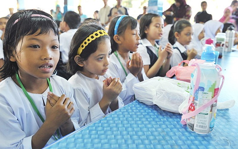 An expert says giving meals during school hours will not be adequate unless food and nutrition standards are set. (Bernama pic)