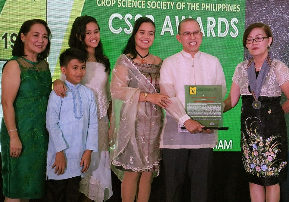 Dr. Glenn B. Gregorio (second from right), SEARCA Director and 2019 Crop Science Society of the Philippines (CSSP) Honorary Fellow, with Ms. Edna A. Anit (rightmost), CSSP President; Ms. Marissa V. Romero (leftmost), chair of the CSSP Awards and Recognition Committee; his wife Myla Beatriz (third from right) and two of their six children
