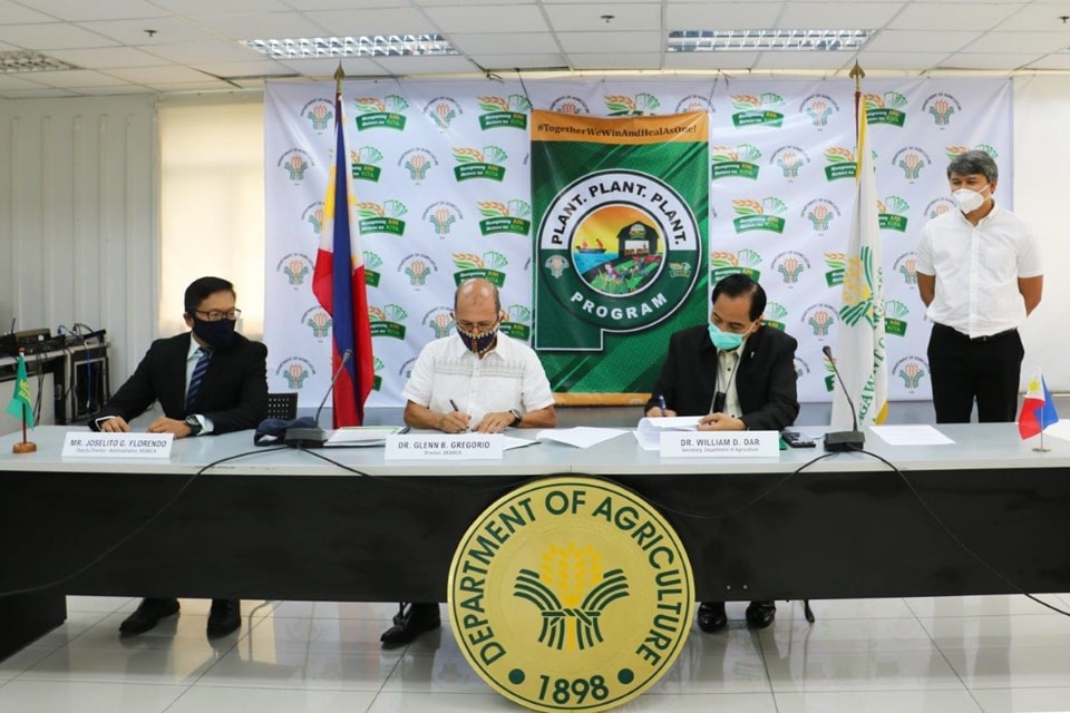 Philippine Agriculture Secretary William D. Dar (second from right) and SEARCA Director Glenn B. Gregorio (second from left) signed the Memorandum of Agreement between SEARCA and the Department of Agriculture-Bureau of Plant Industry (DA-BPI) on implementing urban agriculture on 22 June 2020 at the DA Main Office in Quezon City, Philippines. Witnesses to the signing were SEARCA Deputy Director Joselito G. Florendo (left) and DA-BPI Assistant Director Gerald Glenn F. Panganiban (right).